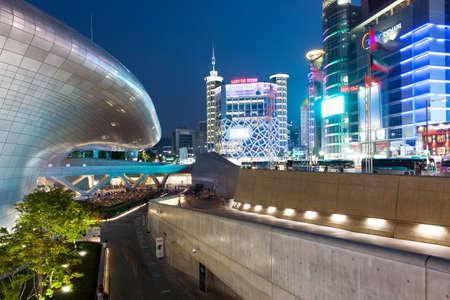 Сеул, Республика Корея - 15 августа 2014: Ночной вид Тондэмун Plaza, небоскребов и торгового района 15 августа 2014 года, Сеул, Южная Корея.