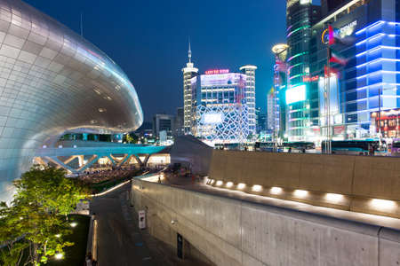 Сеул, Республика Корея - 15 августа 2014: Ночной вид Тондэмун Plaza, небоскребов и торгового района 15 августа 2014 года, Сеул, Южная Корея. Фото со стока - 37758771