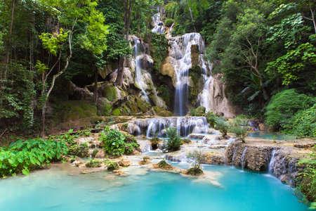 Kuang Si Waterfalls beautiful cascade of blue waterfalls near Luang Prabang town in Laos. Foto de archivo