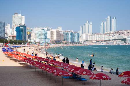 Пусан Южная Корея 22 августа 2014: вид Хеунде пляже одного из популярных пляжей города Пусан крупнейший порт Южной Кореи принимающего города в 2002 году Азиатских игр и АТЭС 2005 Кореи 22 августа 2014 года в Пусане Южная Корея.