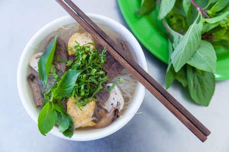moine: Version Vegan de Pho fameuse soupe de nouilles vietnamiennes de, servi avec des herbes fraîches au restaurant bouddhiste, Nha Trang, Vietnam. Banque d'images