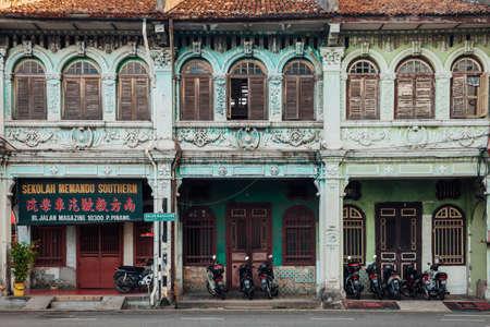George Town, Малайзия - 27 марта, 2016: Фасад старого здания, расположенного в буферной зоне наследия ЮНЕСКО, Джорджтауне, Пенанг, Малайзия 27 марта 2016 года. Редакционное