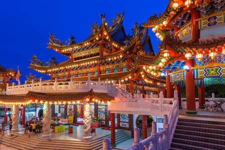 Вид Сумерки Thean Hou Храм освещен для фестиваля середины осени 16 сентября 2016 года в Куала-Лумпур, Малайзия.