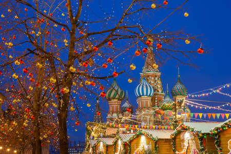 Рождественские украшения на Красной площади с собором Василия Блаженного на заднем плане, Москва, Россия Фото со стока