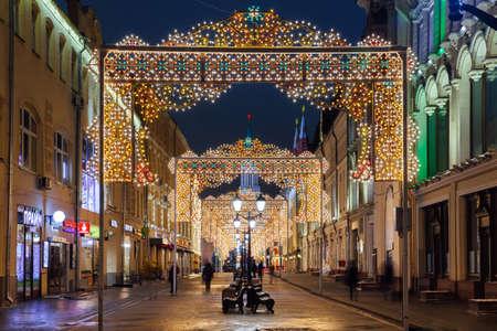 Москва, Россия - 18 декабря 2016 года: ночной вид рождественских украшений на Никольской улице 18 декабря 2016 года в Москве, Россия Редакционное