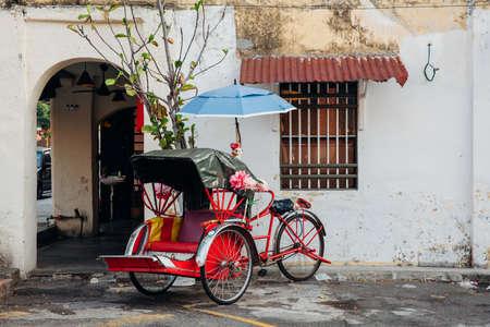 Riksja driewieler op de straat van de oude stad, George Town, Penang, Maleisië.