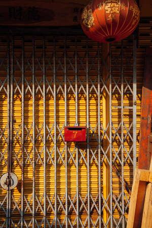 Джордж Таун, Малайзия - 21 марта 2016 года: Фасад старого здания магазина в буферной зоне ЮНЕСКО в Джорджтауне, Пенанг, Малайзия 22 марта 2016 года.