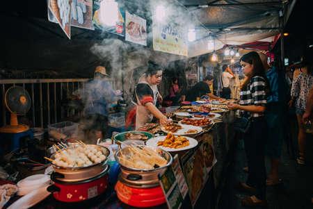 Чиангмай, Таиланд - 27 августа 2016: Тайский продаж женщина на Saturday Night Market по 27 августа 2016 года в Чиангмае, Таиланд. Редакционное
