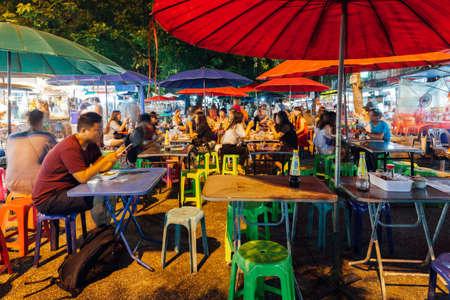 Чианг-Май, Таиланд - 27 августа 2016 года. Люди едят в кафе улицы на ночном рынке в субботу 27 августа 2016 года в Чиангмае, Таиланд.
