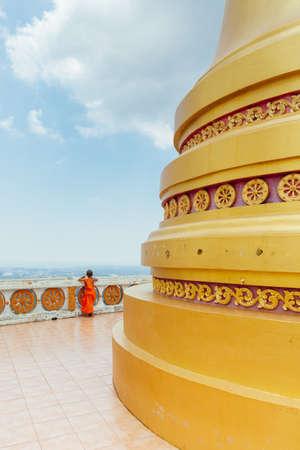 Краби, Таиланд - 10 апреля, 2016: Начинающие монах наблюдать холм Храма Тигра пещера горы 10 апреля 2016 года в городе Краби, Таиланд.