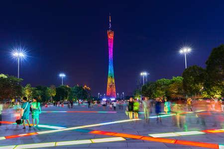 Гуанчжоу, Китай - 4 октября 2016 года: сумерки вид на кантонскую башню, как видно на площади цветов в Гуанчжоу, Китай, 4 октября 2016 года.