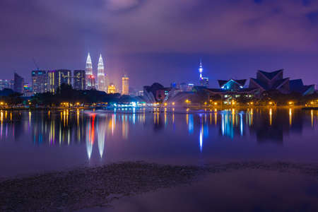Куала-Лумпур горизонты в ночное время, как видно из Titiwangsa озер, Куала-Лумпур, Малайзия