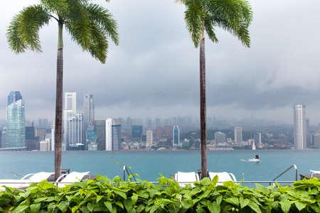 Сингапур - 9 июля 2013 года. Девушка плавает в Infinity Pool на крыше отеля Marina Bay Sands 9 июля 2013 года в Сингапуре.