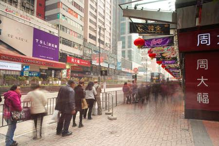 Гонконг, Китай - 18 февраля 2014 года: Люди ждут автобуса на автобусной остановке в районе Коулун 18 февраля 2014 года в Гонконге, Китай.