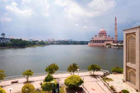 Мечеть Розовый Путра, Путраджайя, Малайзия. Фото со стока
