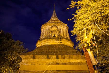 Большой чеди в Ват Лок Моле, одном из старейших храмов в Чиангмае, Таиланд Редакционное