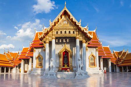 Женщина с сыном молится в Мраморном храме в сентябре 10, 2016 в Бангкоке, Таиланд. Редакционное