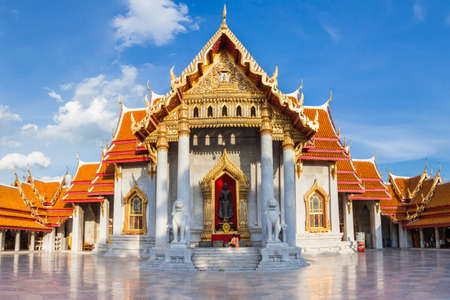 Woman with her son prays at the Marble Temple on Septemper 10, 2016 in Bangkok, Thailand. Редакционное