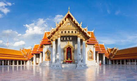 Панорама Ват Бенхамабофит также известна как Мраморный храм на закате в сентябре 10, 2016 в Бангкоке, Таиланд.