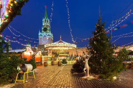 Вид на башню Спасской Кремля с рождественским рынком на переднем плане 12 декабря 2016 года в Москве, Россия Редакционное