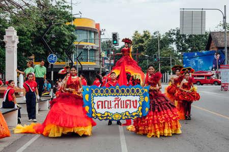 Чианг-Май, Таиланд - 24 августа 2016 года: молодые девушки и мальчики на параде фестивальных костюмов возле памятника Три короля 24 августа 2016 года в Чиангмае, Таиланд. Редакционное