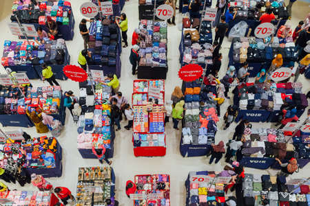 Куала-Лумпур, Малайзия - 22 сентября 2016 года. Люди выбирают одежду при продаже в торговом центре в Куала-Лумпуре, Малайзия, 22 сентября 2016 года. Редакционное