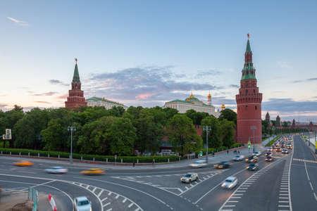 Прекрасный закат Московского Кремля с Большого Каменного моста, Москва, Россия. Фото со стока