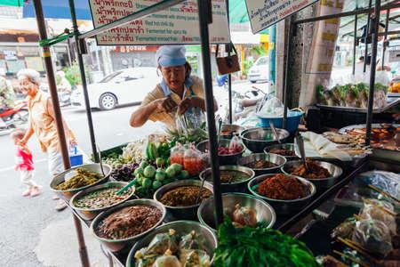 Бангкок, Таиланд - 11 сентября 2016 года: Продавец продает еду на улице 11 сентября 2016 года в Бангкоке, Таиланд