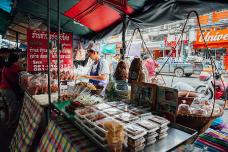 Bangkok, Thailand - September 11, 2016: Vendors sell food on the street on September 11, 2016 in Bangkok, Thailand Редакционное