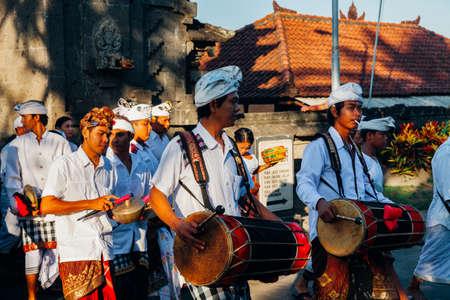 Бали, Индонезия - 07 марта 2016 года: балийские традиционные музыканты играют на гамелане на церемониальном шествии во время празднования Балийского Нового года. Редакционное