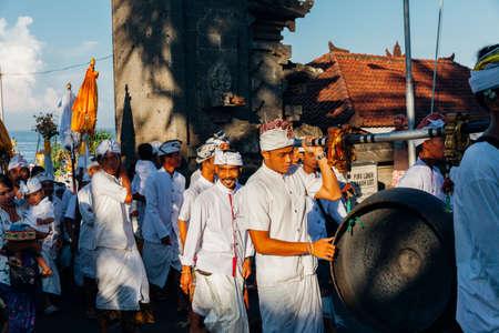 Бали, Индонезия - 07 марта 2016 года: балийские традиционные музыканты принимают участие в торжественном шествии во время празднования Балийского Нового года.