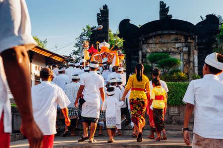 Бали, Индонезия - 07 марта 2016 года: балийские люди в традиционной одежде несут джэмпану или деревянный подстилку во время шествия во время празднования Балийского Нового года.