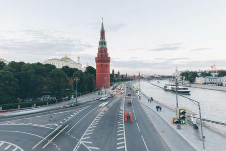 Вид на закат Московского Кремля с Большого Каменного моста, Москва, Россия.