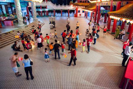 Куала-Лумпур, Малайзия - 15 сентября 2016 года. Дети играют с бумажными фонарями в храме Thean Hou Temple на параде фонарей во время фестиваля середины осени 15 сентября 2016 года в Куала-Лумпуре, Малайзия.