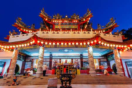 Куала-Лумпур, Малайзия - 15 сентября, 2016: Dusk вид Thean Hou Храм освещен для фестиваля середины осени 15 сентября 2016 года в Куала-Лумпур, Малайзия. Редакционное