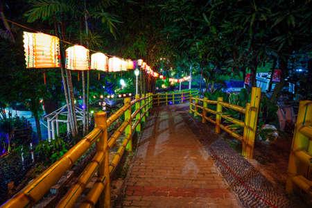 Ночной парк украшен бумажными фонарями на Празднике середины осени в храме Thean Hou Temple, Куала-Лумпур, Малайзия.