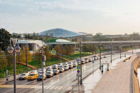 Москва, Россия - 12 сентября 2017 года: ранний утренний обзор недавно открытого парка «Зарядье» 12 сентября 2017 года в Москве, Россия