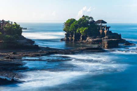 Пура Танах Лот утром, известный океан храм на Бали, Индонезия.