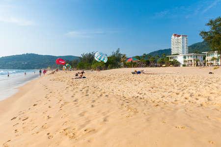 Пхукет, Таиланд - 17 апреля 2016 года: Люди отдыхают на пляже Карон 17 апреля 2016 года в Пхукете, Таиланд