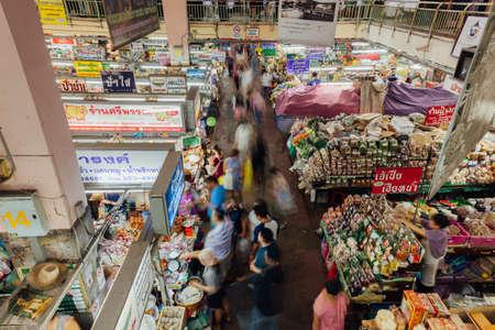 Чианг-Май, Таиланд - 27 августа 2016 года. Групповые клиенты собрались возле продовольственного ларька на рынке Warorot 27 августа 2016 года в Чиангмае, Таиланд. Редакционное