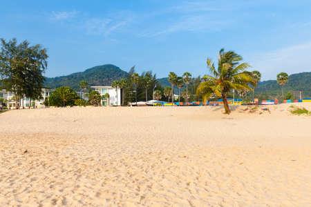 Пхукет, Таиланд - 17 апреля 2016 года: Дневной обзор пляжа Карон 17 апреля 2016 года в Пхукете, Таиланд