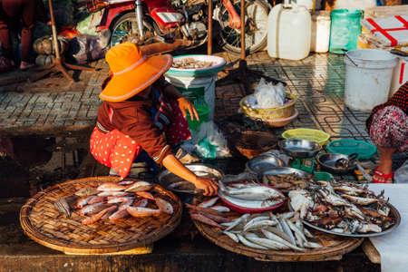 Nha Trang, Вьетнам - 14 июля 2016 года: Вьетнамская женщина продает рыбу на утреннем рынке в Нячанге, Вьетнам 14 июля 2016 года.