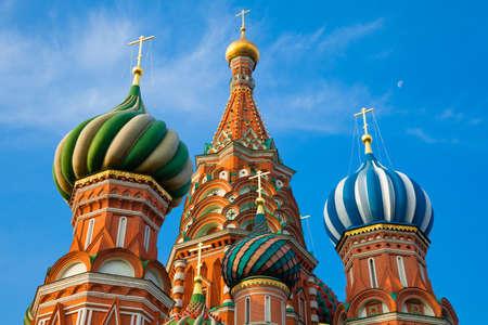 Вид на собор Василия Блаженного утром с луной на заднем плане, Красная площадь, Москва, Россия Фото со стока