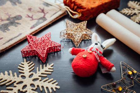 Рождественские праздничные украшения, подготовленные для подарочной упаковки