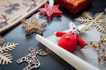 Рождественские праздничные украшения, подготовленные для подарочной упаковки Фото со стока - 90017506