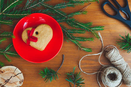 Рождественские пряники с еловыми ветками на деревянном столе Фото со стока
