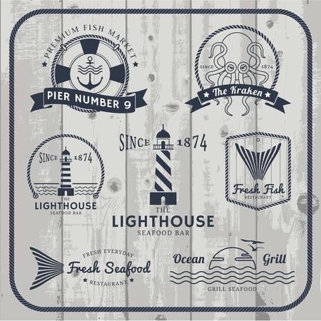 logo poisson: Étiquettes nautiques et fruits de mer définies avec cadre de corde sur gris fond de bois.