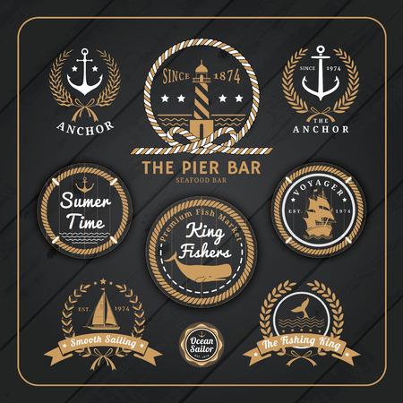 sellos: Etiquetas del vintage del ancla náuticas con cuerda y corona de laurel diseño en el fondo de madera oscura.