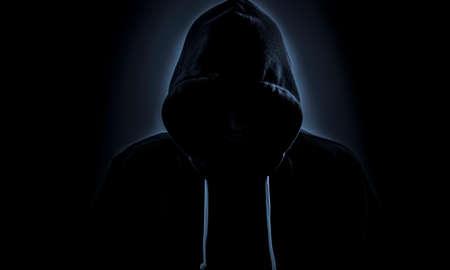 Figura maliciosa en la capilla al acecho en la oscuridad