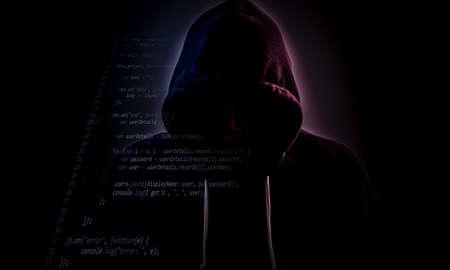Figura maligna nel cappuccio che si nasconde nel buio con qualche livello di codice Archivio Fotografico - 71802302